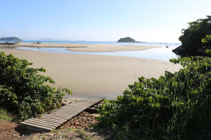 Acesso à praia faz-se por este caminho, a menos de 2 metros do portão alternativo de saída